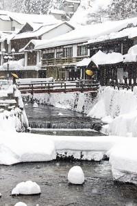 雪の温泉街SHI88_yukitumoriginzan20140209500