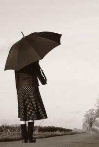 雨傘82182-stock-photo-frau-einsamkeit-ferne-strasse-herbst-regen