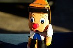 ピノキオ(原作)の怖いあらすじ⦅悪い人形が改心して人間になるまで⦆
