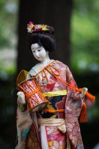 Geishapuppe aus Porzellan auf Flohmarkt